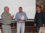 Jakob Machel vom HTTV überreicht Ehrennadeln an Manfred Höbel