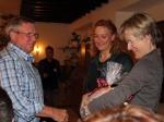 Manfred Höbel erhält ein Geschenk vom Vorstand