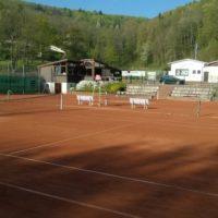 Frühjahrsrenovierung der Tennisplätze